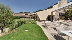 Die gärten und die terrasse des restaurants la Vague de Saint Paul