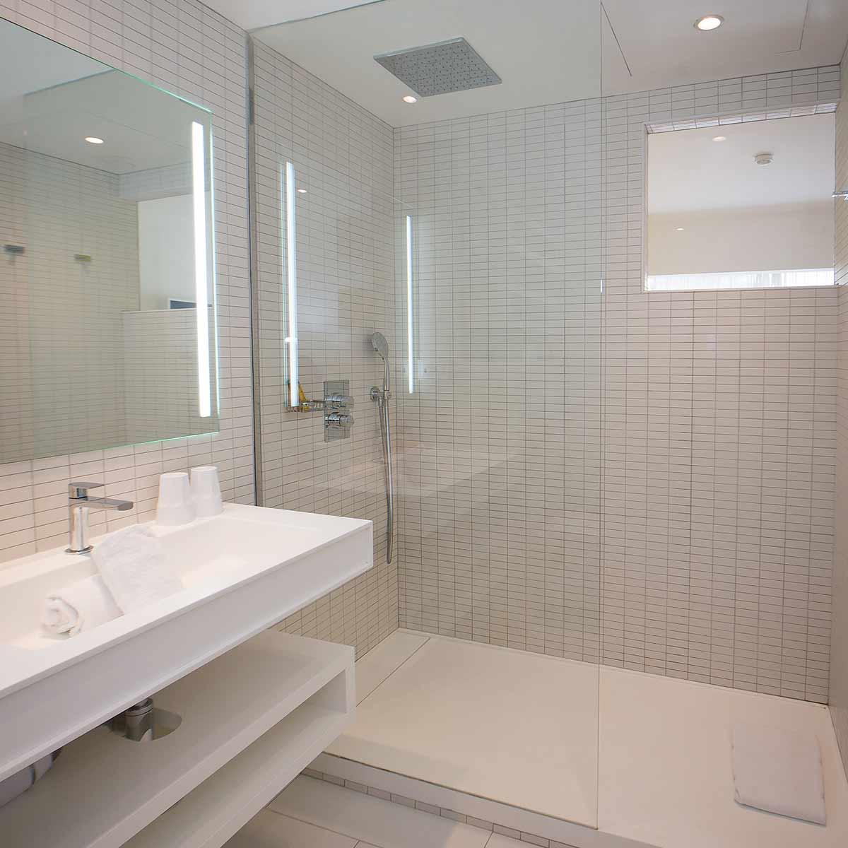 superior rooms of la vague de saint paul. Black Bedroom Furniture Sets. Home Design Ideas